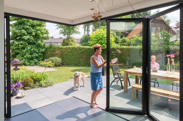 Das Wohnzimmer wird zum überdachten Frei-sitz, kinderleicht lässt sich die Glas-Faltwand öffnen.
