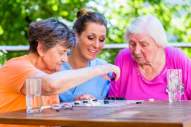 Damit sich die Bewohner von Seniorenheimen wohlfühlen, muss auch die Medikation passen.