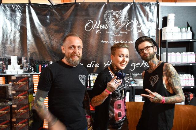 Tom, Tattoo Artist Miley und Manuel (v. l.).