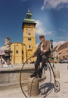 Museumsleiter Fritz Hurtl mit Hochrad