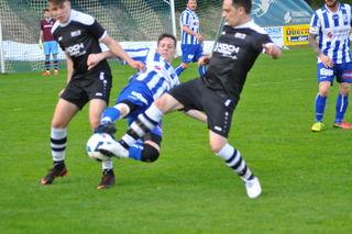 Der kämpferische Einsatz der Kirchdorfer (blau-weiß) blieb im Heimspiel unbelohnt.