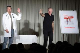 Ronny Tekal (Arzt) und Norbert Peter (Patient/-in und alles andere) zeigten wahre Kabarettkunst zum Ordinationsjubiläum in Windigsteig.