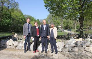 Repräsentative Umfrage zu Schwechat: Bürgermeisterin Karin Baier, Vize Brigitte Krenn mit Vertretern des Sora-Institutes.