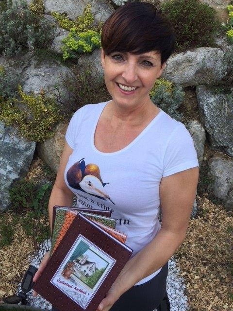 Heidi Wolmersdorfer mit den Ötscherland-Kochbüchern.
