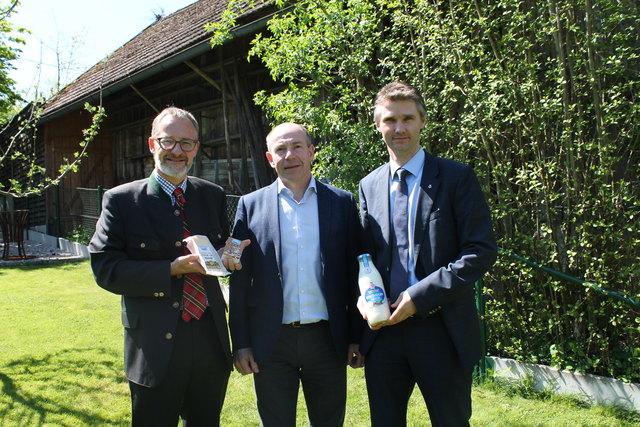 Michael Waidacher, Geschäftsführer Gmundner Milch, Agrar-Landesrat Max Hiegelsberger und Georg Lehner von Berglandmilch.