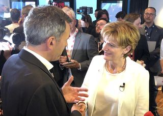 Da gab es noch einen Handshake: Wahlgewinner Georg Willi (Grüne) und Christine Oppitz-Plörer (FI).