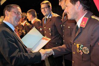 Bezirkshauptmann Josef Dick dankte den Feuerwehrkameraden für ihren Einsatz im vergangenen Jahr.