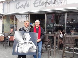 Maler Hendrik E. Sieders beschenkt Beatrix Drennig mit einem besonderen Bild einer prominenten Schauspiel-Legende.