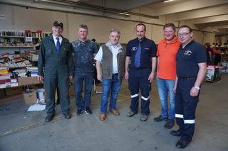 Abendverkauf mit Krawatte: Die freiwilligen Helfer mit OBR Gerald Derkitsch und Besuchern aus dem Feuerwehrbereich.