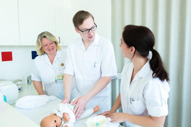 Praxisorientiert: Dagmar Almbauer (Mitte) macht Jacqueline Allinger und Oliver Klaminger fit für ihren späteren Pflegeberuf.