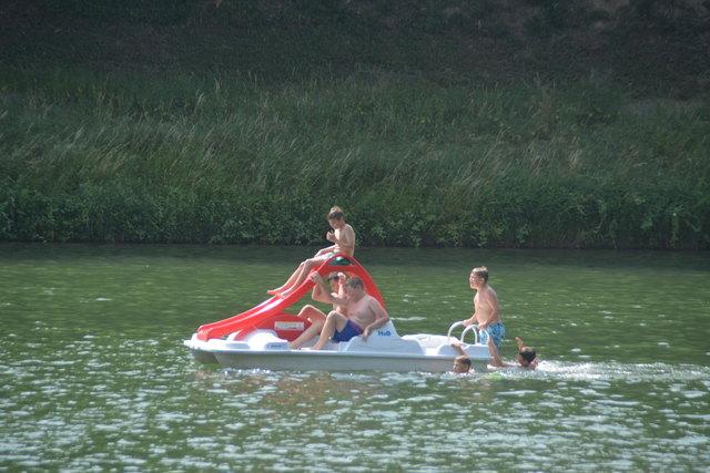 Die Badeseen bieten zahlreiche Attraktionen für die Badegäste - vom Tretbootfahren bis zu Sprungtürmen.