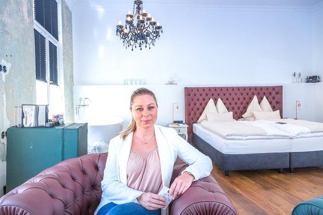 Prunkstück: Hoteldirektorin Natascha Weber zeigte der WOCHE die neue, urbane Royal Oak Suite mit freistehender Badewanne.