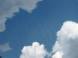 """Wer genau hinsieht, kann zwischen den Wolken einige """"Wolkenstrahlen"""" beobachten"""