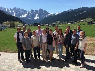 BÖTM Oberösterreich Vorsitzender Gerald Hartl (2. Reihe/2. v.l. und Dr. Robert Trasser (2. Reihe/2. v.r.) im Kreise der teilnehmenden Geschäftsführer oberösterreichischer Tourismusverbände.