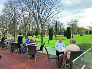 Von der Sonnenterrasse der Konditorei Oberlaa blickt man direkt zu den Arkadengängen am Zentralfriedhof.
