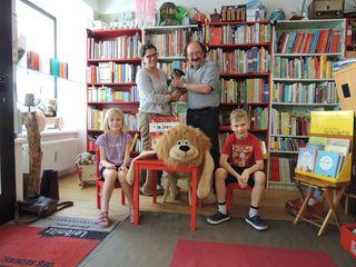 Vorne: Pauline Pfeifer und Moritz Suppan-Chum sowie VS Pädagogin Nina Stepanek mit Hund Harley und Erwin Draxler