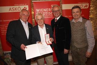 Franz Hartinger (2.v.l.) wurde u.a. von Rudolf Hundstorfer (1.v.l.), dem Präsidenten der Österreichischen Bundessportorganisation, geehrt.