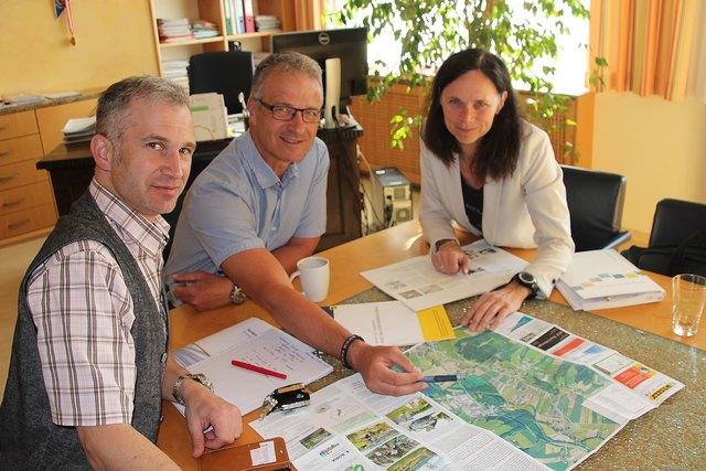 Vizebürgermeister Michael Strasser, Bürgermeister Peter Kalteis und Frau DI Waltraud Wagner