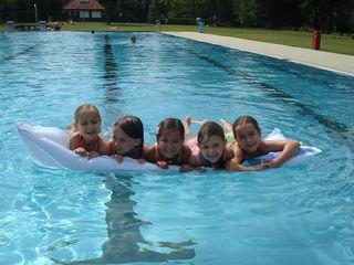 Schwimmen lernen macht den Kindern Spaß - vor allem mit dem Schwimmteam Leibnitz.