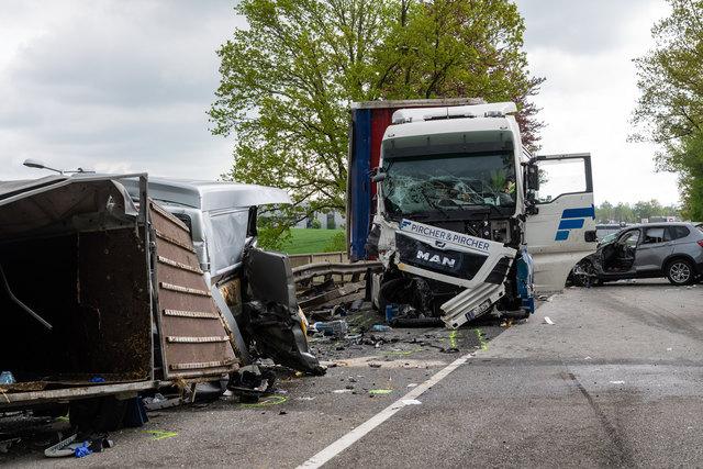 Der Beifahrer des Kleintransporters stirbt beim schweren Verkehrsunfall auf der B141 in Tumeltsham.