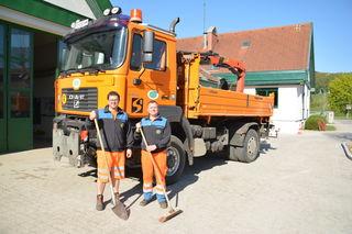 Wolfgang Kotzmann und Heinz Engl, Mitarbeiter der Straßenmeisterei Kirchberg, sind immer motiviert bei der Arbeit.