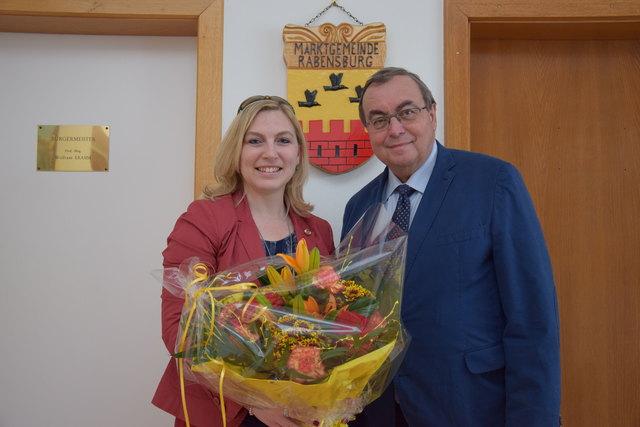 Bundesrätin Doris Hahn wurde vom Rabensburger Bürgermeister Wolfram Erasim mit einem Blumenstrauß empfangen.