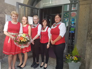 Heidemarie Strauß (l.) mit ihrem Stadthotel-Team. Ab sofort gibt es auch Frühstück für Nicht-Hotelgäste.