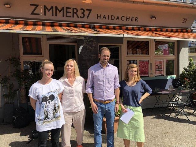 Klagen über die Marktgebühren: Johanna Haidacher, Iris Feeback und Isabel Kaas (v.l.) vom Zimmer 37, zu ihnen gesellt sich Markus Ornig von den Neos.