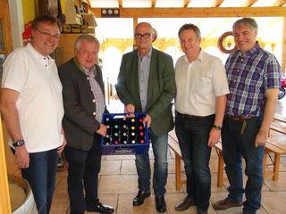 Gleich 65 Biersorten braut Michael Löscher (r.) in seiner kleinen, aber feinen Brauerei in Flamberg. Von der Qualität überzeugten sich GR Walter Schadler, RSTL Josef Majcan, WK-Vize Benedikt Bittmann und Bgm. Gerhard Hartinger.