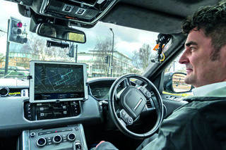 Autonom agierende Fahrzeuge sollen durch Hindernisse hindurchsehen und uneinsehbare Kreuzungen überblicken.