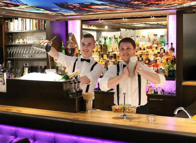 """Beim Mixen von Drinks in """"Mark's New York Bar"""" sind Harald Gröbl (l.) und Markus Winzer in ihrem Element."""