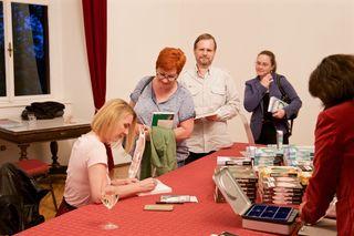Die Autorin Claudia Rossbacher signierte die Bücher der Besucher.