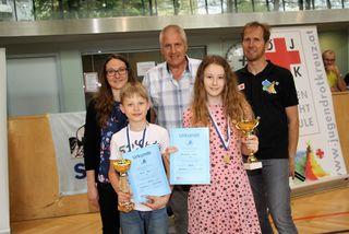 Die schnellsten Schwimmer des Tages Paul Graf und Lara Neubauer mit Tina Marbler, Günther Bauer und Reinhard Koopmans.