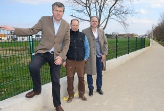 Bürgermeister Martin Schuster, Wirtschaftshofleiter Franz Varga und geschäftsführender Gemeinderat Josef Schmid (v. l. n. r.) auf dem neuen Spazierweg beim Petersbach.