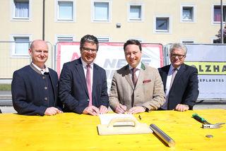 Markus Hein, Robert Oberleitner, Manfred Haimbuchner und Klaus Luger (v. l.) nahmen die Grundsteinlegung vor.
