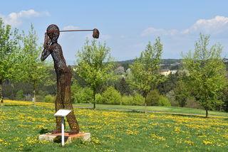Die Golfer-Skulptur am Golfplatz in Neudauberg