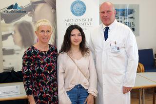 Doris Wilflingseder (Sektion für Hygiene und Medizinische Mikrobiologie), Alejna (Patientin), Jürgen Brunner (Geschäftsführender Oberarzt Kinderklinik)