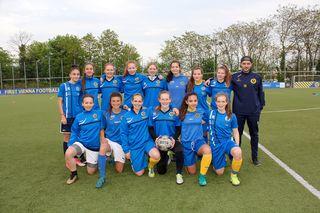 """""""Wir haben die Power"""" sind die Blau-Gelben Frauen und Trainer Ascot Movsesian überzeugt - da kann eigentlich nichts mehr schiefgehen, oder?"""