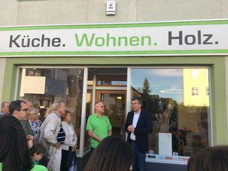 Landtagsabgeordneter Bürgermeister Martin schuster (re) bei der Eröffnung des Wohnstudios von Michael Winkler (li) in der Perchtoldsdorfer Wiener Gasse 59