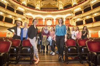In der Oper: Stadträtin Wirnsberger mit den jungen Besucherinnen.