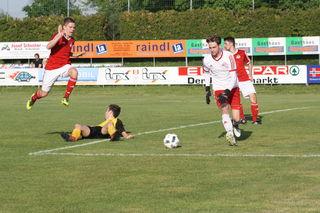 Die spielentscheidende Szene: Bernhard Haumer wird zu Fall gebracht, Schiri Tober entscheidet auf Elfmeter.