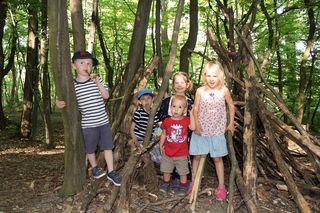 Kinder, auf geht's in die Natur: Im Wald lässt sichs gut spielen, bauen, entdecken und forschen!