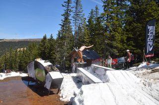 Freestylen mit freiem Oberkörper war am Samstag im Neighborhood Snowpark kein Problem.
