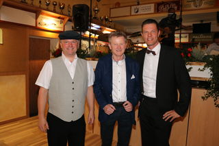 Obmann der Uniion Billiard Pongau Theo Riedlecker mit  Rudolf Pfisterer und dem neuen Präsidenten Roman Lackner.