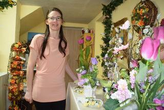 Susanne Böhm liebt das Stecken der Seidenblumen.