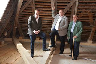Kulturstadtrat Klaus Frank, Bürgermeister Alfred Pohl und Hubert Loibl vom Stadt-Museumsarchiv Mistelbach besichtigen den Dachboden