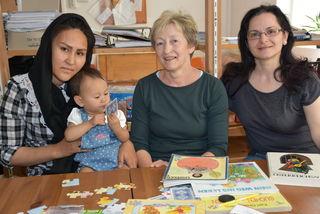 Grete Aschauer mit Asylwerberinnen.