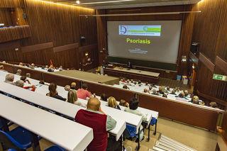 Zahlreiche Besucher zeigten reges Interesse am Vortrag über Psoriasis und Neurodermitis.