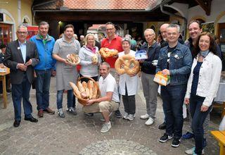 Die Meisterbäcker mit Vertretern von Gemeinde und Stadtmarketing.