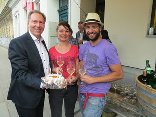 Bezirksvorsteher Franz Prokop gratulierte dem Ehepaar Truksitz zum fünfjährigen Jubiläum der Weinbar am Yppenplatz.